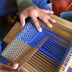 A look at the traditional weaving process that the Abrazo Style artisans use to create their bags.